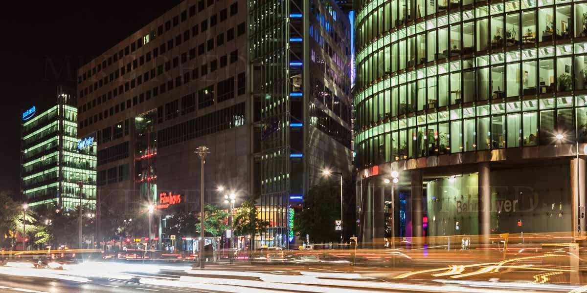 Foto vom Potsdamer Platz Berlin, aufgenommen nachts.