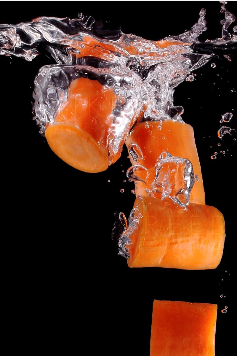 Möhren, die ins Wasser fallen - kurze Belichtungszeit